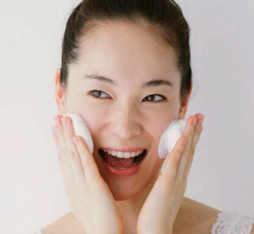 Sử dụng kem dưỡng ẩm chống khô da, chống lão hóa da