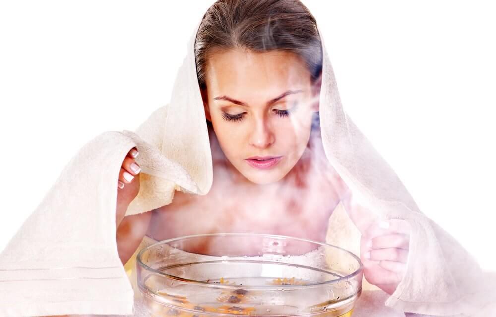 Xông hơi với tỏi tươi không chỉ hỗ trợ giảm mụn mà còn làm sạch da và hạn chế hình thành bã nhờn