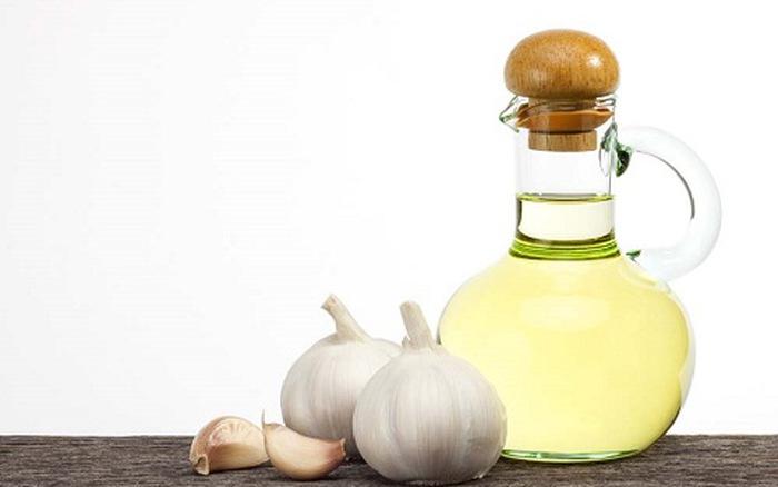 Dùng nước ép tỏi tận dụng tối đa đặc tính của thảo dược và làm giảm nhanh nốt mụn