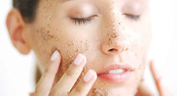 Tẩy tế bào chết là một trong những bước chăm sóc da mụn quan trọng